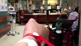 Leute, die in einem Krankenhausnotausrichtungsbereich sitzen stock footage