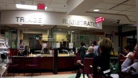 Leute, die in einem Krankenhausnotfall sitzen stock footage