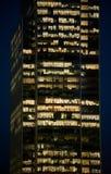 Leute, die in einem modernen Bürogebäude arbeiten Lizenzfreies Stockbild