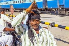 Leute, die an einem Niveauübergang nahe Jaipur, Indien warten Lizenzfreies Stockbild