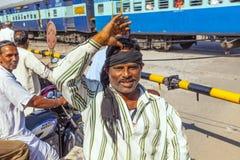 Leute, die an einem Niveauübergang nahe Jaipur, Indien warten Lizenzfreie Stockfotografie