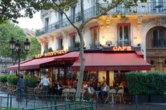 Leute, die in einem Straßencafé in Paris, Frankreich stillstehen Lizenzfreie Stockbilder
