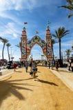 Leute, die einen guten Tag bei Feria de Sanlucar de Barrameda genießen stockbilder