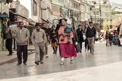 Leute, die einen Spaziergang am Weihnachtsfeiertag in der beschäftigten Straße MGs Marg machen stockbild
