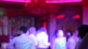 Leute, die an einer Disco in der Unschärfe tanzen stock video