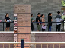 Leute, die in einer Reihe vor dem Generalkonsulat von Vereinigten Staaten stehen Lizenzfreie Stockbilder