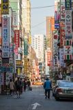 Leute, die an einer Straße in Seoul gehen stockfotografie