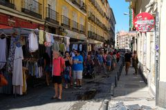 Leute, die an EL Rastro, der populärste Freilichtmarkt in Madrid kaufen Lizenzfreies Stockbild