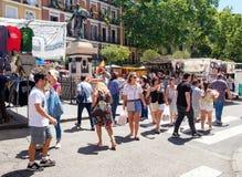 Leute, die an EL Rastro, der populärste Freilichtmarkt in Madrid kaufen Stockbilder
