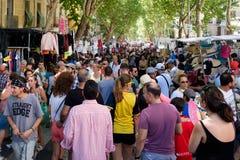 Leute, die an EL Rastro, der populärste Freilichtmarkt in Madrid kaufen Lizenzfreie Stockfotos