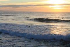 Leute, die enorme Wellen im bunten Sonnenuntergang in Atlantik, capbreton, Frankreich surfen Stockbild