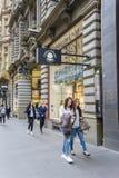 Leute, die entlang Collins Street in Melbourne, Australien gehen Lizenzfreie Stockfotografie