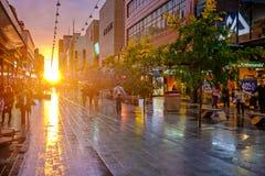 Leute, die entlang das Rundle-Mall bei Sonnenuntergang gehen Stockbild