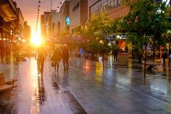 Leute, die entlang das Rundle-Mall bei Sonnenuntergang gehen Lizenzfreie Stockbilder