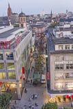 Leute, die entlang die Zeil-Straße in Frankfurt gehen Stockbilder