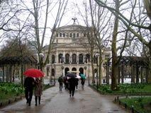 Leute, die entlang eine Straße in Richtung zu Frankfurt-Opernhaus gehen stockfotografie