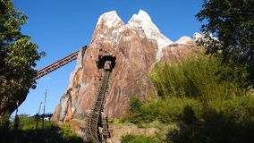 Leute, die Expedition Everest-Legende der verbotenen Gebirgsachterbahn im Tierreich bei Walt Disney World 3 genießen stock video footage