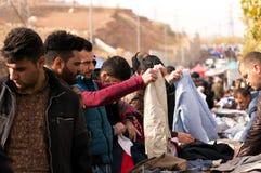 Leute, die für Kleidung im Irak kaufen stockbild