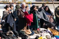 Leute, die für Kleidung im Irak kaufen lizenzfreie stockfotografie