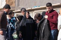 Leute, die für Kleidung im Irak kaufen lizenzfreies stockfoto