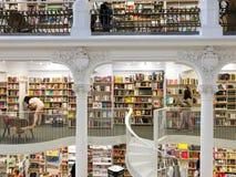 Leute, die für späteste Literatur-Fiktions-und Nicht-Fiktions-Bücher in der modernen Bibliothek kaufen Stockfoto