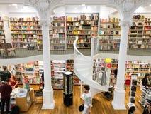 Leute, die für späteste Literatur-Fiktions-und Nicht-Fiktions-Bücher in der modernen Bibliothek kaufen Stockfotografie
