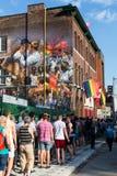 Leute, die für Welt Pride Event anstehen Stockbilder