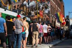 Leute, die für Welt Pride Event anstehen Stockfotos