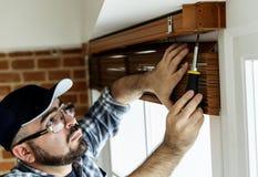 Leute, die Fenstervorhangwohnung installieren lizenzfreies stockbild