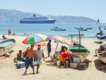 Leute, die Fische in Acapulco verkaufen Stockfotografie