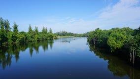 Leute, die Fische im Fluss rudern lizenzfreies stockbild
