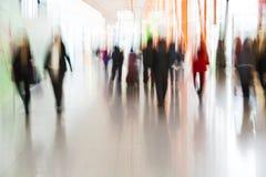 Leute, die am Flughafen in der Bewegungsunschärfe hetzen Stockbilder