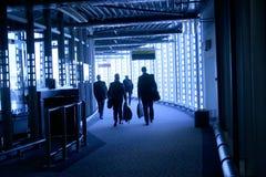 Leute, die in Flughafen gehen lizenzfreie stockbilder