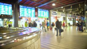 Leute, die am Flughafenabfertigungsgebäude gehen Zeitplanschirme von Ankünften und von Abfahrt stock video footage