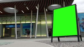 Leute, die Foto neben Vancouver-Aquarium mit grünem Schirmzeichen machen stock footage
