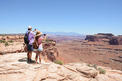 Leute, die Fotos auf dem Wandern von Reise machen Lizenzfreies Stockfoto
