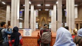 Leute, die Fotos an der blauen Moschee machen stock video