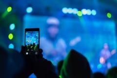 Leute, die Fotos mit intelligentem Telefon der Note machen Stockfotos