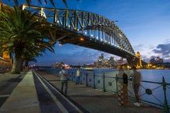 Leute, die Fotos von Sydney Harbour Bridge an der Dämmerung machen Lizenzfreie Stockbilder