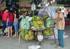 Leute, die frische Früchte am lokalen Markt in Vietnam verkaufen Lizenzfreies Stockfoto