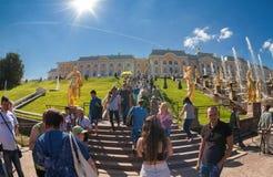 Leute, die in Front ein Palast der Hauptgebäude bei Peterh gehen Lizenzfreies Stockbild