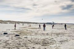 Leute, die Fußball auf dem Strand spielen Lizenzfreie Stockfotografie