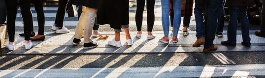 Leute, die am Fußgängerübergang warten Lizenzfreies Stockfoto