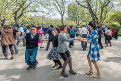Leute, die in Fuxing-Parkshanghai-Porzellan tanzen Stockfotos