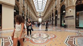 Leute, die in Galerie Vittorio Emanueles II gehen stock video