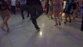 Leute, die gebürtigen Balkan-Tanz 09 tanzen stock video
