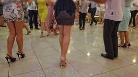 Leute, die gebürtigen Balkan-Tanz tanzen stock video footage