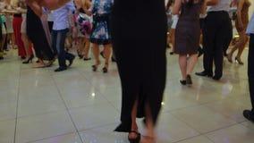Leute, die gebürtigen Balkan-Tanz 15 tanzen stock footage