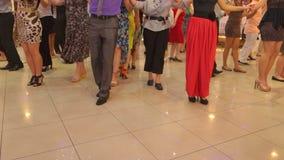 Leute, die gebürtigen Balkan-Tanz 19 tanzen stock footage
