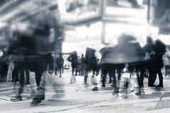 Leute, die in gedrängte Nachtstadtstraße umziehen Hon Kong Lizenzfreies Stockfoto